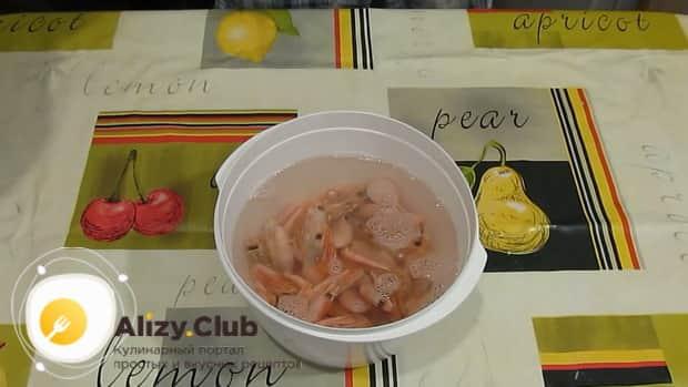 Для приготовления салата из кальмаров креветок и красной рыбы, подготовьте креветки