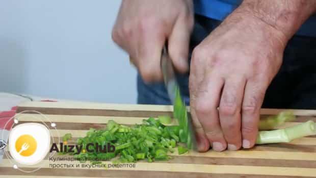 Для приготовления салата с креветками, кальмарами и крабовыми палочками нарежьте зелень