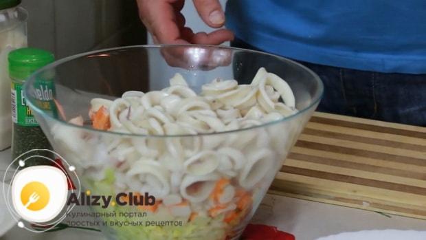 Для приготовления салата с креветками, кальмарами и крабовыми палочками смешайте ингредиенты