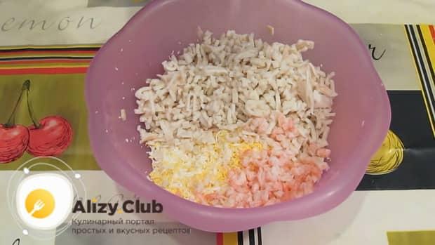 Для приготовления салата из кальмаров креветок и красной рыбы, нарежьте ингредиенты