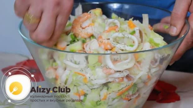 Для приготовления салата с креветками, кальмарами и крабовыми палочками добавьте заправку