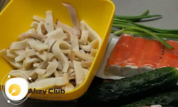 Готовим салат с кальмарами и солеными огурцами