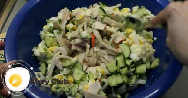 Вкусный салат из огурцов и кальмаров и яиц готов