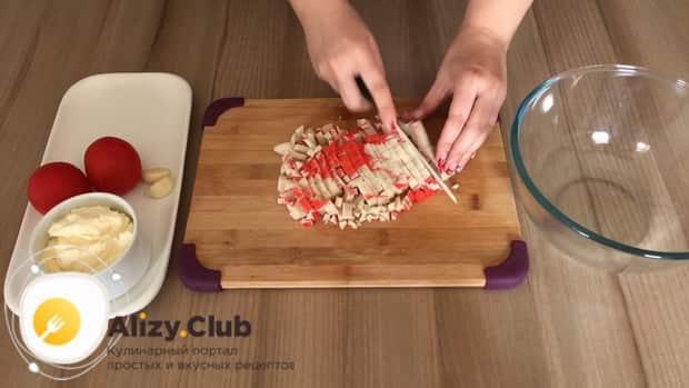 Готовим салат с крабовым мясом и помидорами
