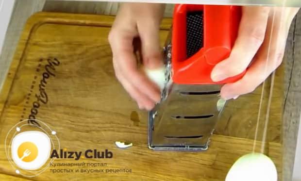 Для приготовления  крабового салата с помидорами. натрите яйца