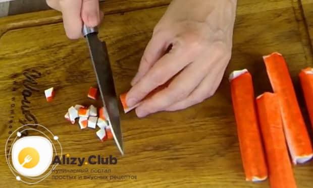 Для приготовления  крабового салата с помидорами. нарежьте палочки