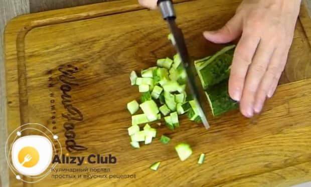 Для приготовления  крабового салата с помидорами. нарежьте огкрцы