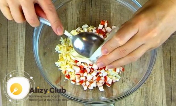 Для приготовления  крабового салата с помидорами. добавьте сметану