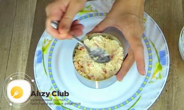 Для приготовления  крабового салата с помидорами. подготовьте посуду