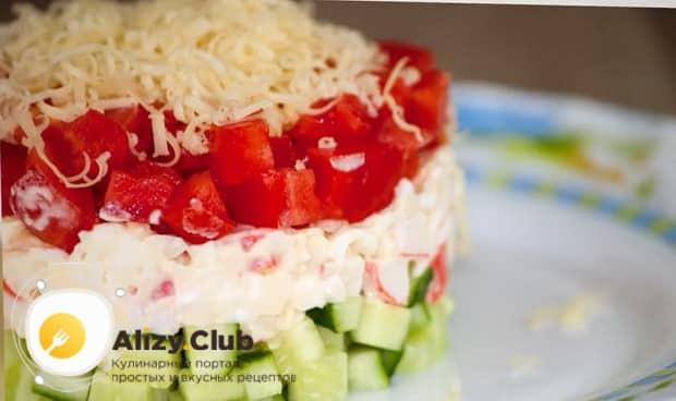 Для приготовления  крабового салата с помидорами. подготовьте ингредиенты