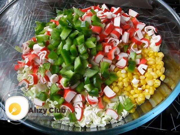 Готовим салат из свежей капусты и крабовых палочек