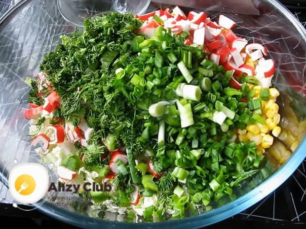 Добавьте зелень в салат из свежей капусты и крабовых палочек