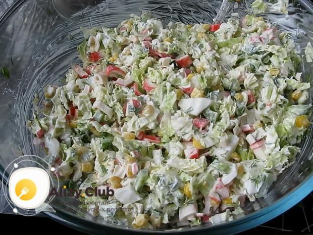 Вкуснейший салат из свежей капусты и крабовых палочек готов