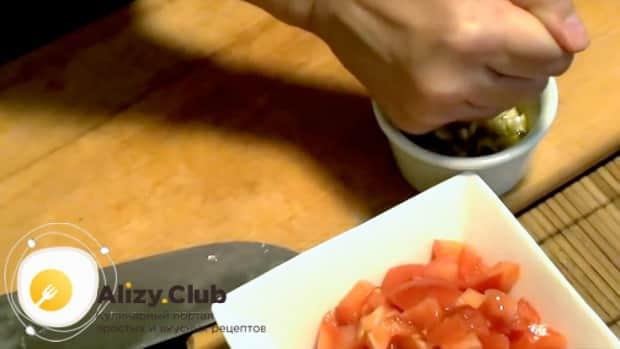 По рецепту для приготовления салата с мидиями в масле приготовьте заправку с лимонным соком и оливковым маслом