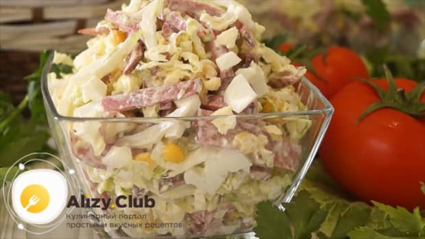 Для приготовления салата с пекинской капустой кукурузой и колбасой перемешайте ингредиенты
