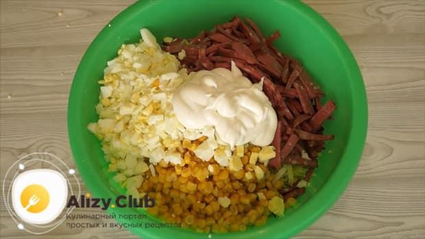 Для приготовления салата с пекинской капустой кукурузой и колбасой добавьте майонез