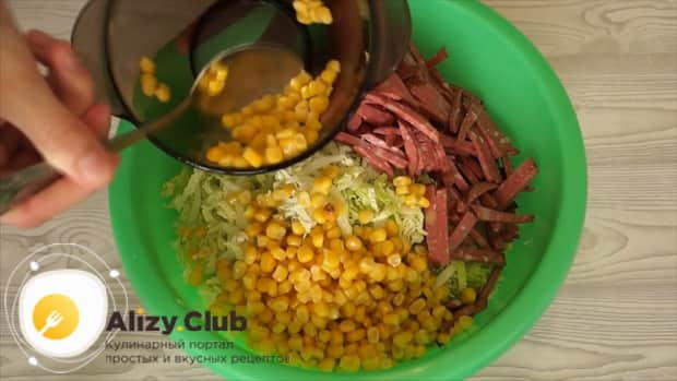 Для приготовления салата с пекинской капустой кукурузой и колбасой смешайте ингредиенты