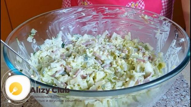 Для приготовления салата с пекинской капустой колбасой и огурцом, перемешайте ингредиенты