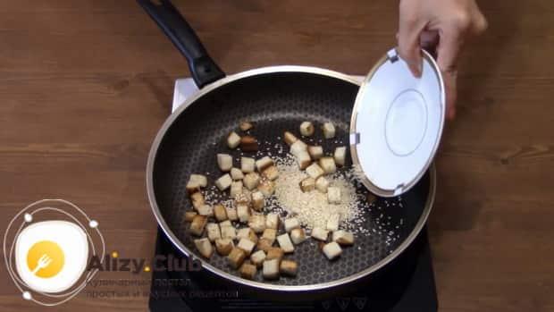 Для приготовления салата с пекинской капустой колбасой и сухариками добавьте кунжут
