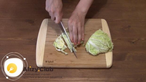 Готовим салат с пекинской капустой колбасой и сухариками