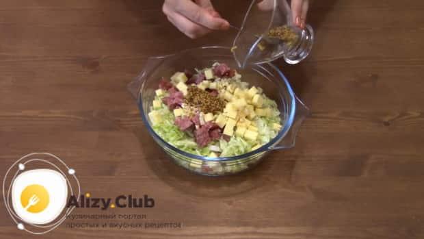 Для приготовления салата с пекинской капустой колбасой и сухариками заправьте салат