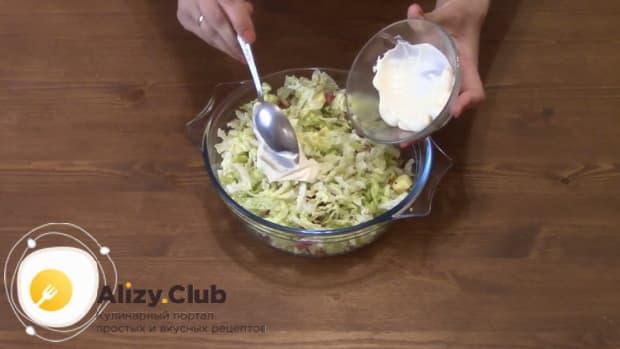 Для приготовления салата с пекинской капустой колбасой и сухариками добавьте майонез