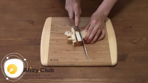Для приготовления салата с пекинской капустой колбасой и сухариками нарежьте хлеб