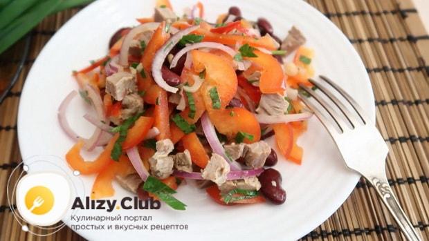 Для приготовления салата с мясом говядины заправьте ингредиенты