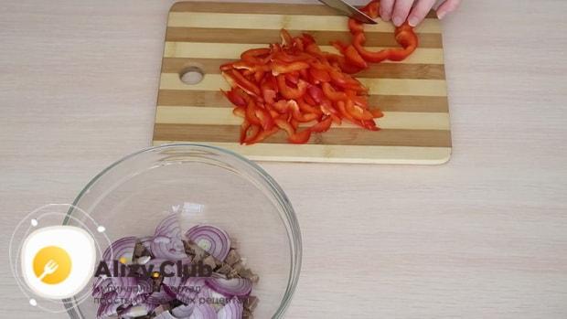 Для приготовления салата с мясом говядины нарежьте перец