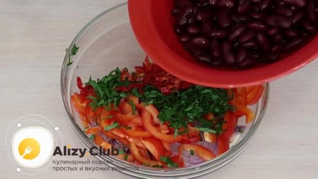 Для приготовления салата с мясом говядины добавьте фасоль