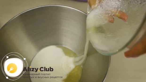 По рецепту с фото, для приготовления меренги в духовке соединяем ингредиенты
