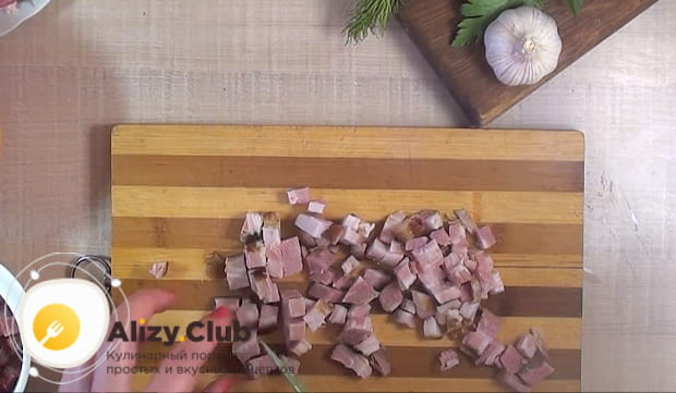 кубиками нарезаем копченую колбасу
