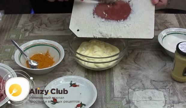 Для приготовления соуса для гамбургера в домашних условиях нарежьте лук