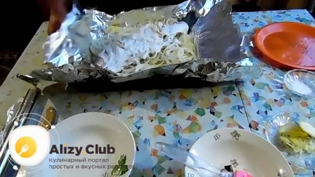 Для приготовления судака в фольге в духовке. по рецепту. покройте рыбу соусом