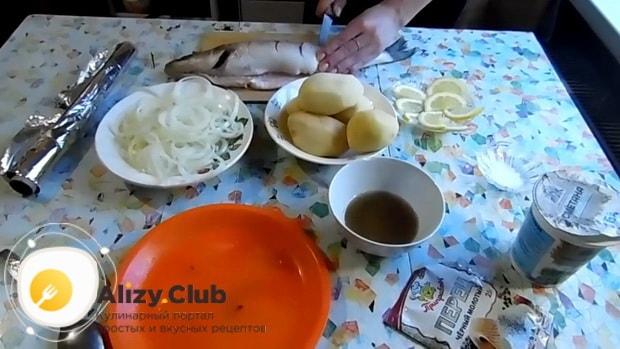 Для приготовления судака в фольге в духовке. по рецепту. надрежьте рыбу