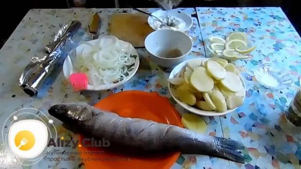 Для приготовления судака в фольге в духовке. по рецепту. натрите чеснок