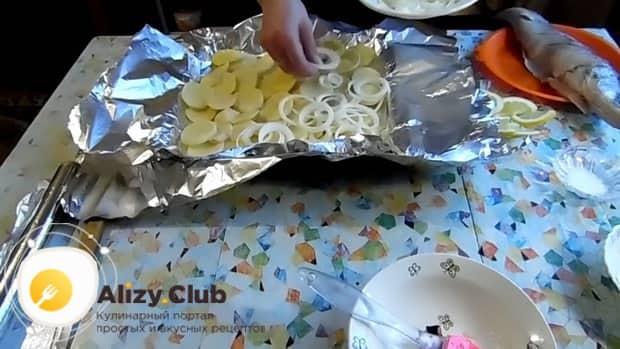 Для приготовления судака в фольге в духовке. по рецепту. выложите овощи в фольгу