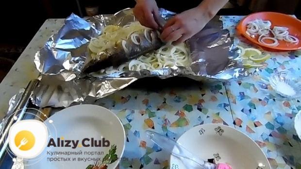 Для приготовления судака в фольге в духовке. по рецепту. выложите рыбу