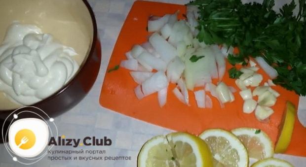 Для приготовления судака в духовке целиком. по рецепту с фото, нарежьте овощи