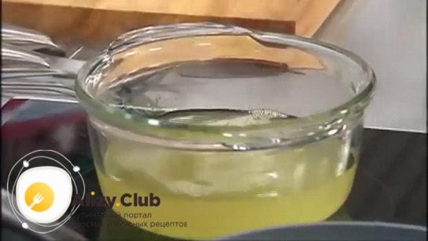 По рецепту для приготовления супа с колбасой и фасолью, отварите бульон