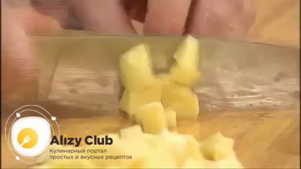 По рецепту для приготовления супа с колбасой и фасолью, нарежьте картофель