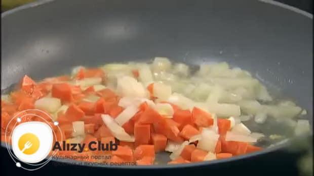По рецепту для приготовления супа с колбасой и фасолью, обжарьте овощи