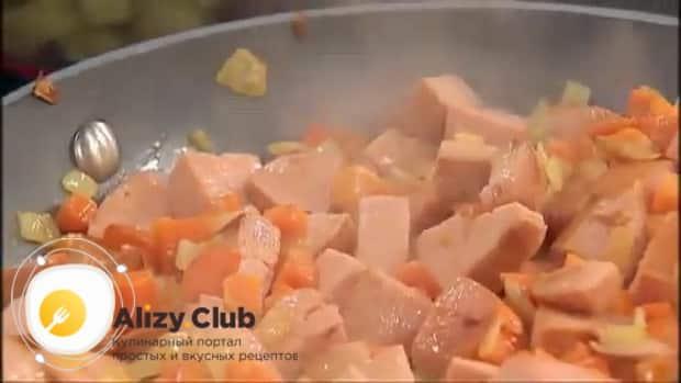 По рецепту для приготовления супа с колбасой и фасолью, обжарьте мясо