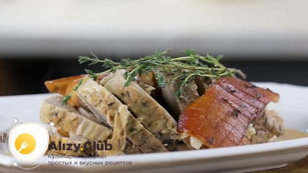 По рецепту для приготовления свиного окорока запеченного в духовке, запеките мясо