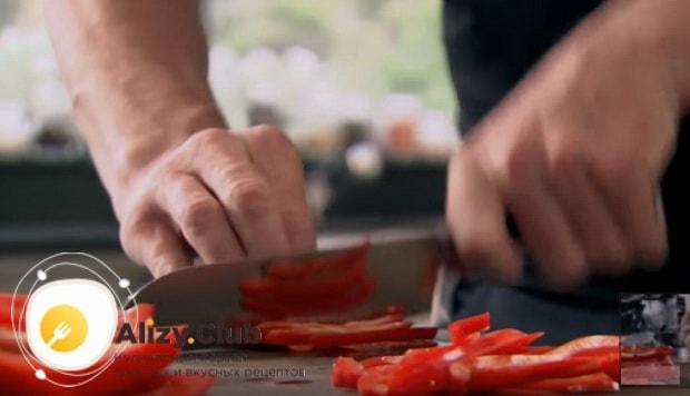 нарезаем брусочками болгарский перец
