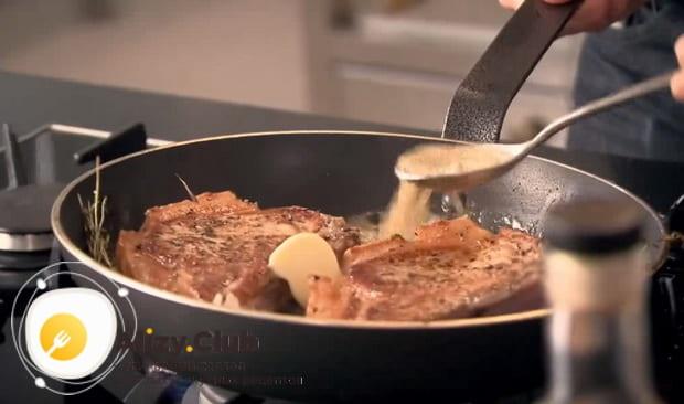 поливаем соком обжаренное мясо