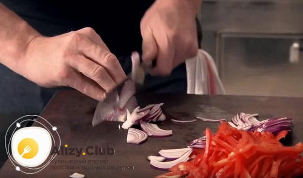 нарезаем полукольцами один ялтинский лук