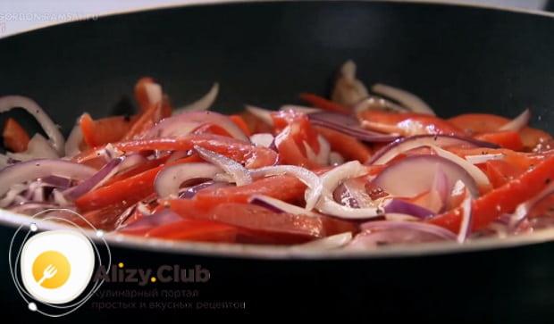выкладываем лук и перец на сковороду