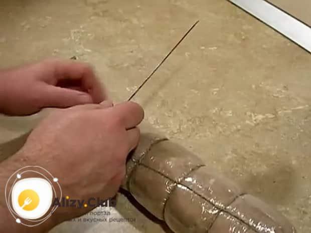 Для приготовления вареной колбасы в домашних условиях, обмотайте заготовки веревками