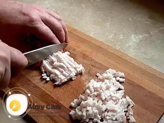 Для приготовления вареной колбасы в домашних условиях, нарежьте сало